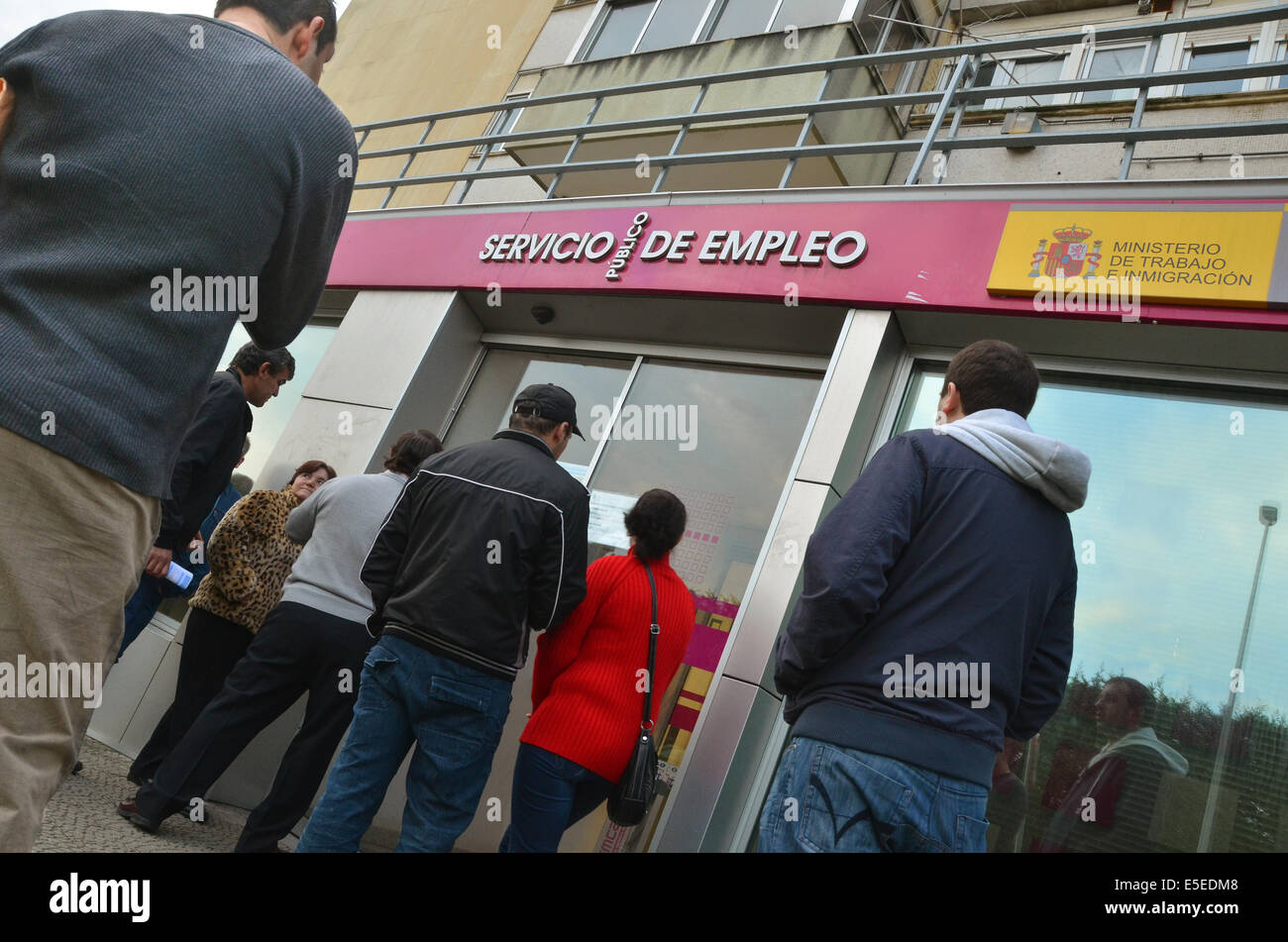 Santander, Spain, 21th November 2011. A queue of unemployed people waits for their local job centre (unemployment - Stock Image
