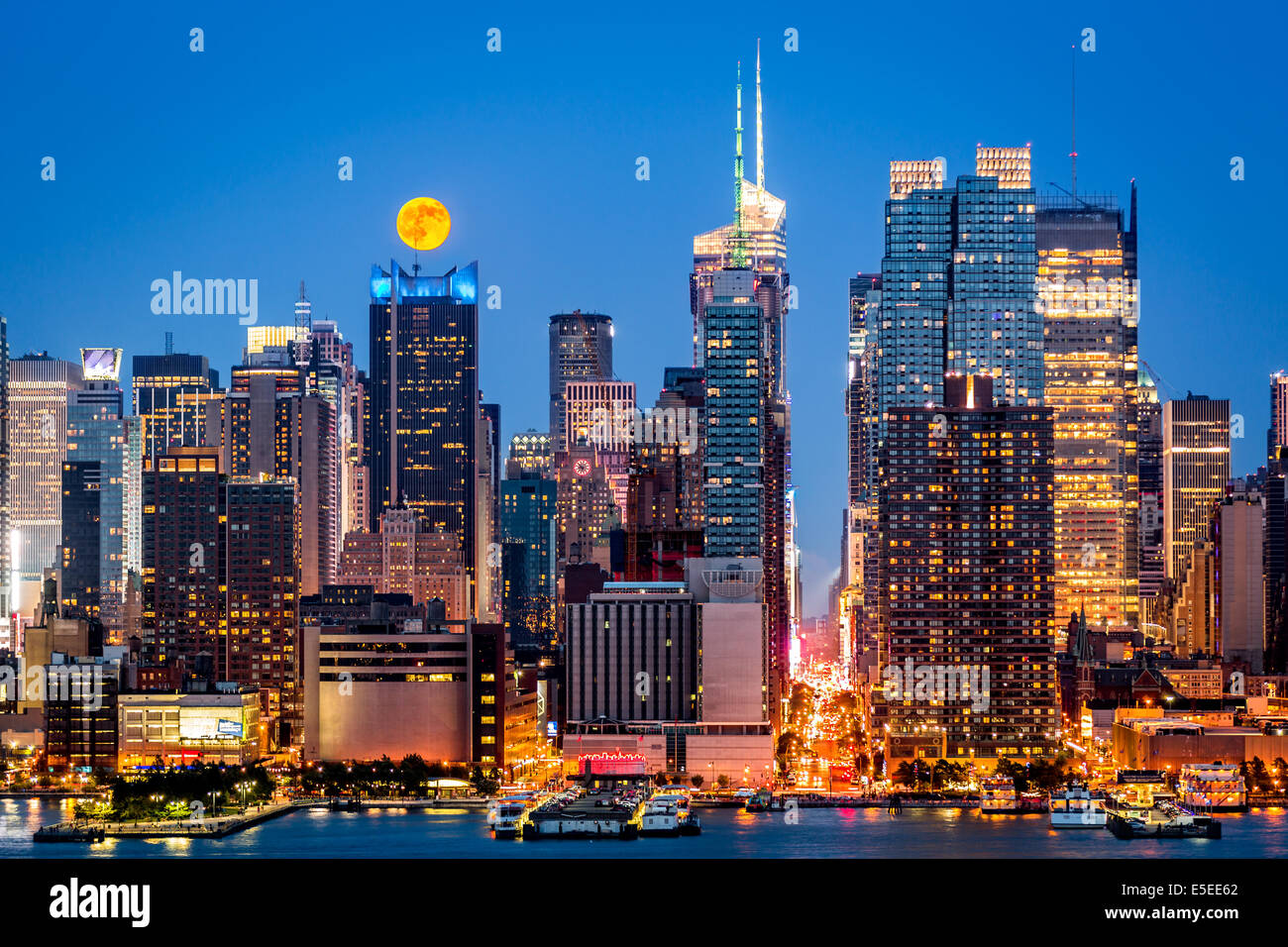 d9ca10bfafc72 Super Moon rise above the midtown Manhattan skyline - Stock Image