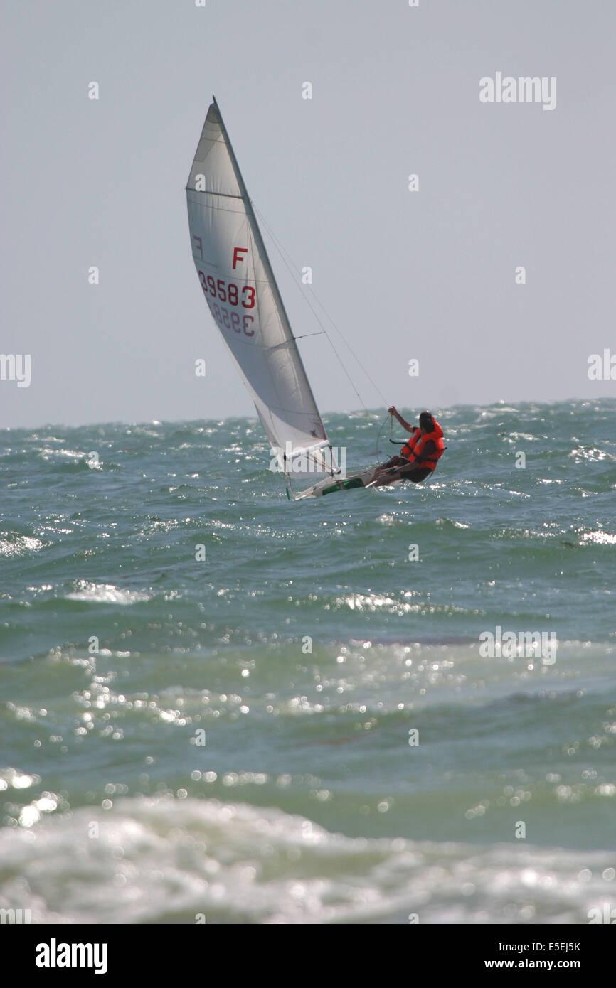 France, Basse Normandie, manche, cotentin, plage de Coutainville, sports de glisse, voile, deriveur, cerf volant, Stock Photo