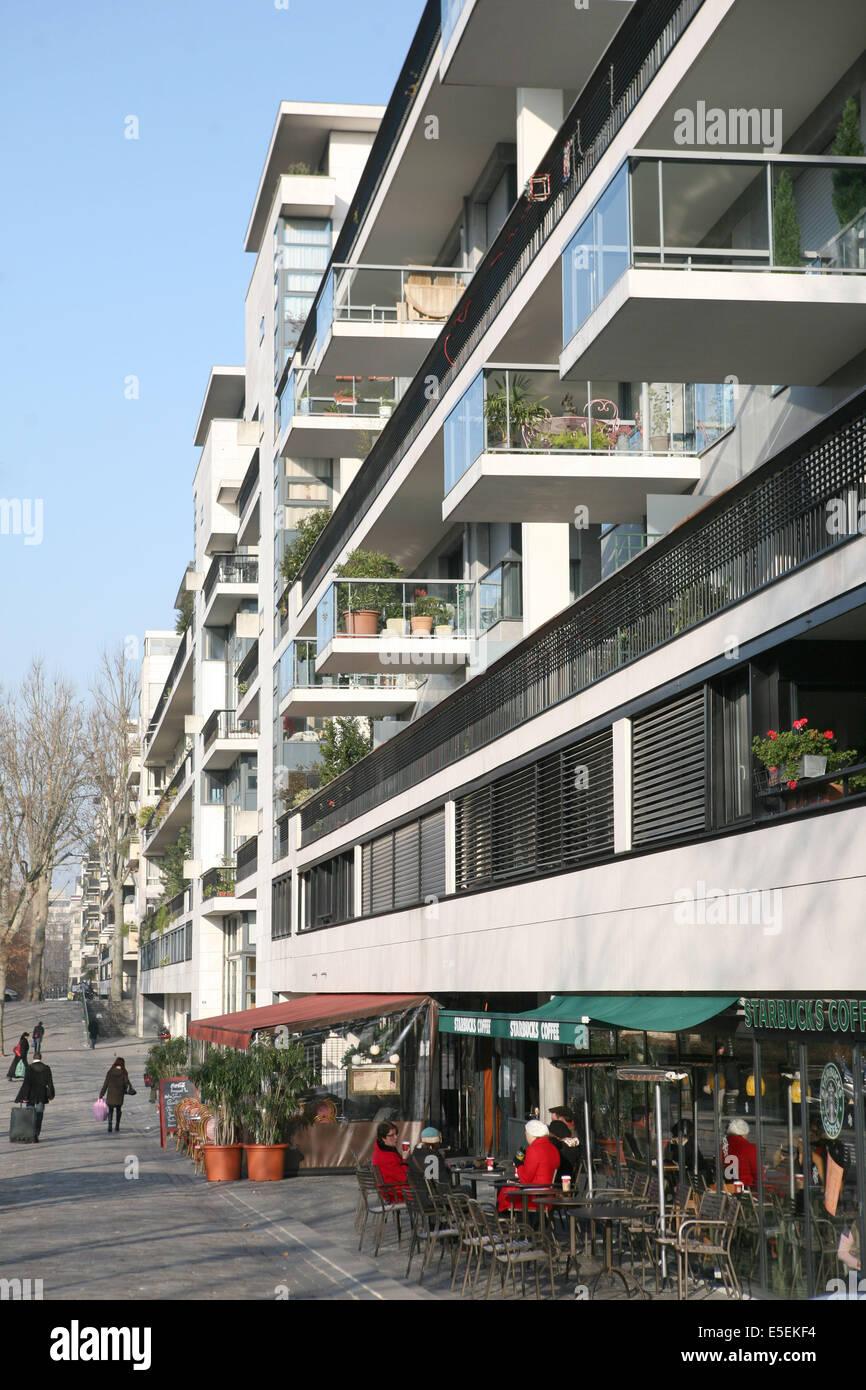 France, paris 12e, immeuble en bordure du parc de Bercy, balcons, - Stock Image