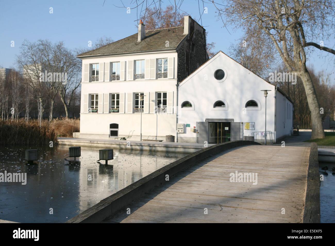 France, paris 12e, parc de Bercy, pavillon, plan d'eau gele, ponton, - Stock Image