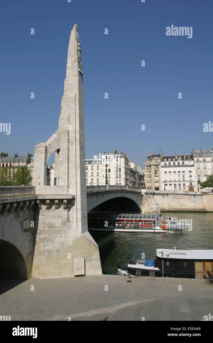 France, Paris 5e, Pont de la Tournelle, Seine, arche, statue, quai de Bethune, Ile Saint Louis, bateau touristique. - Stock Image