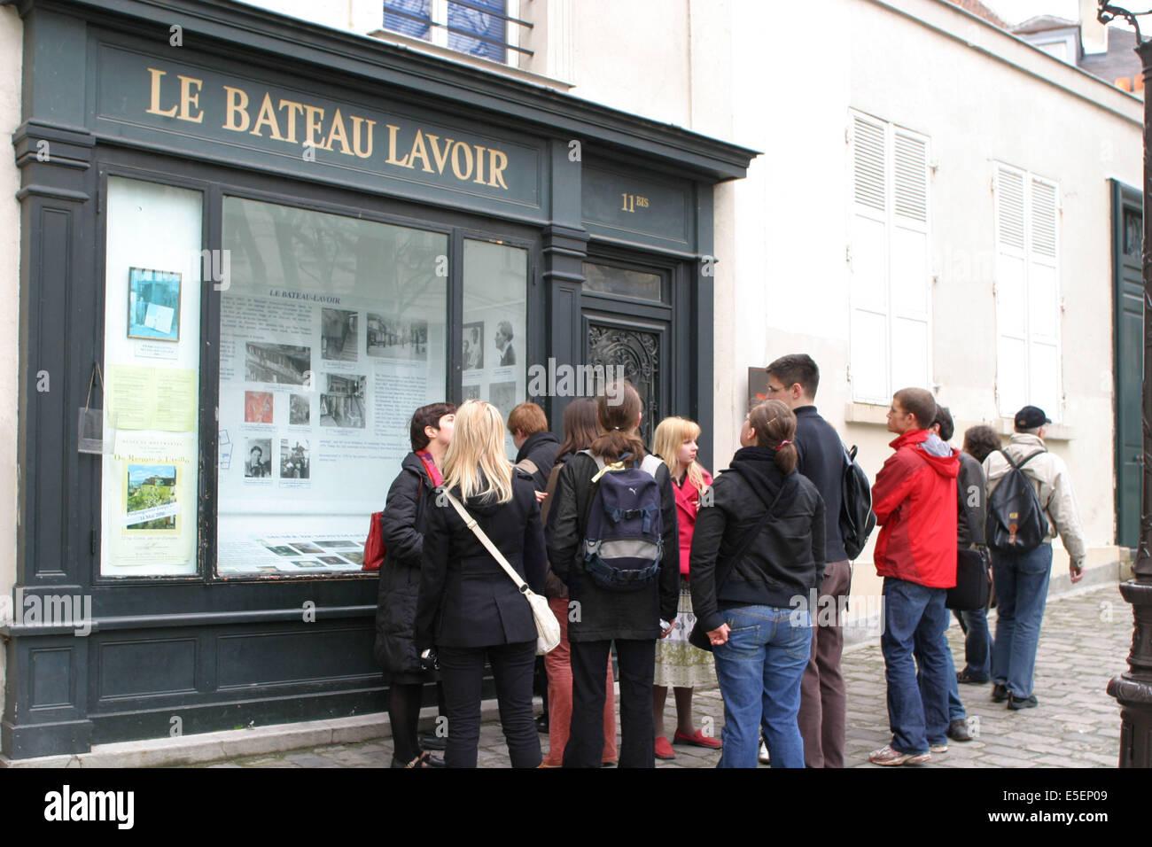 France, Paris 18e, butte montmartre, le bateau lavoir, place emile goudeau, groupe de touristes, artistes, - Stock Image