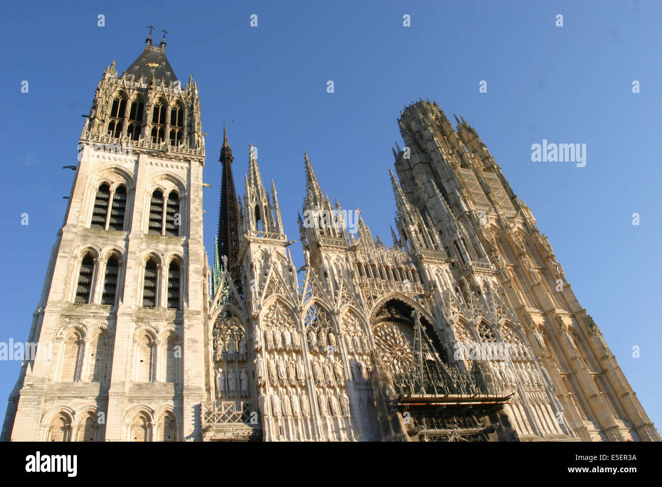 France, Normandie, seine maritime, rouen, facade de la cathedrale, tour saint romain, tour de beurre, ciel bleu, Stock Photo