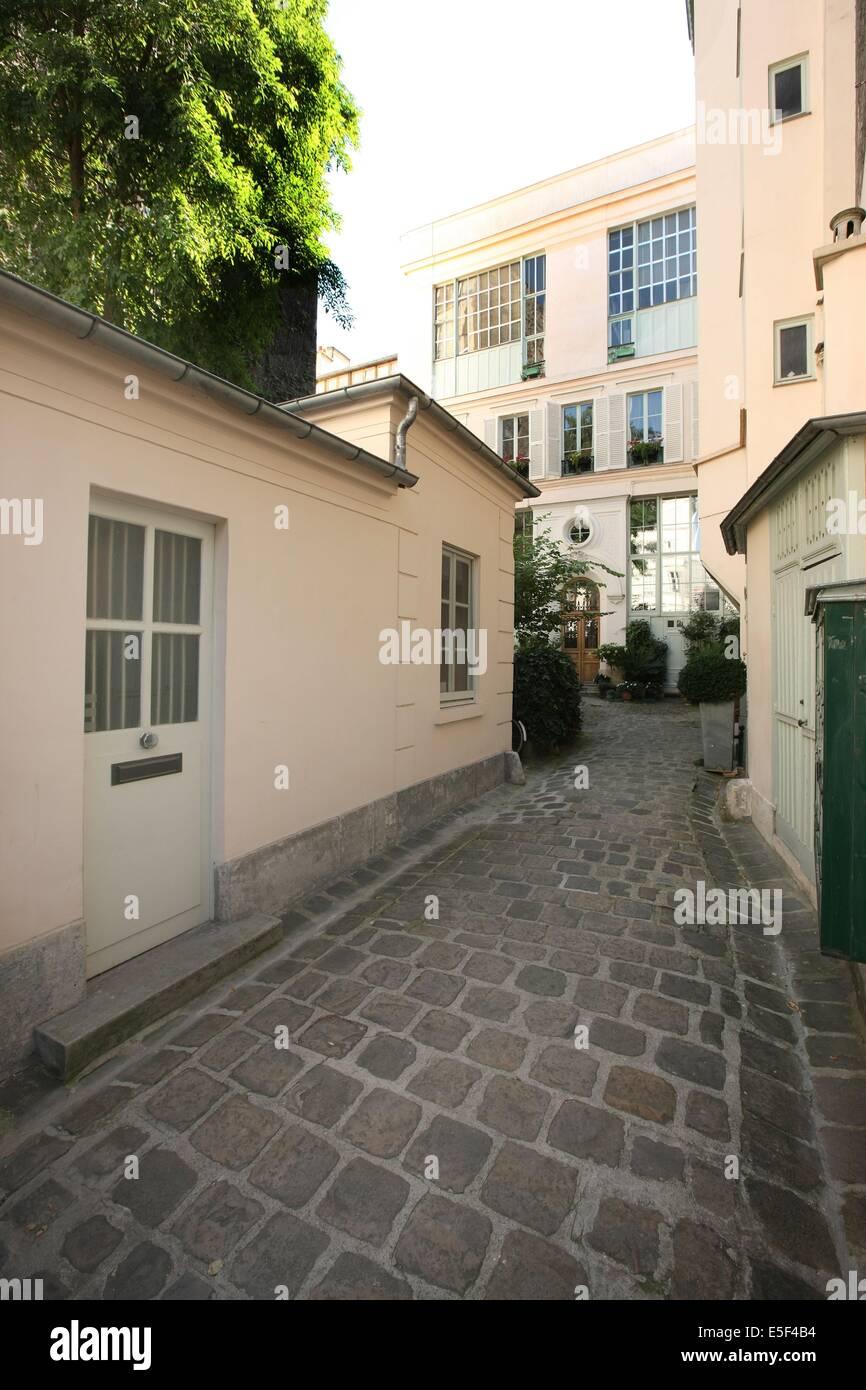 France, Ile de France, paris 7e arrondissement, rue saint simon, n11, cour sur rue, immeuble, - Stock Image