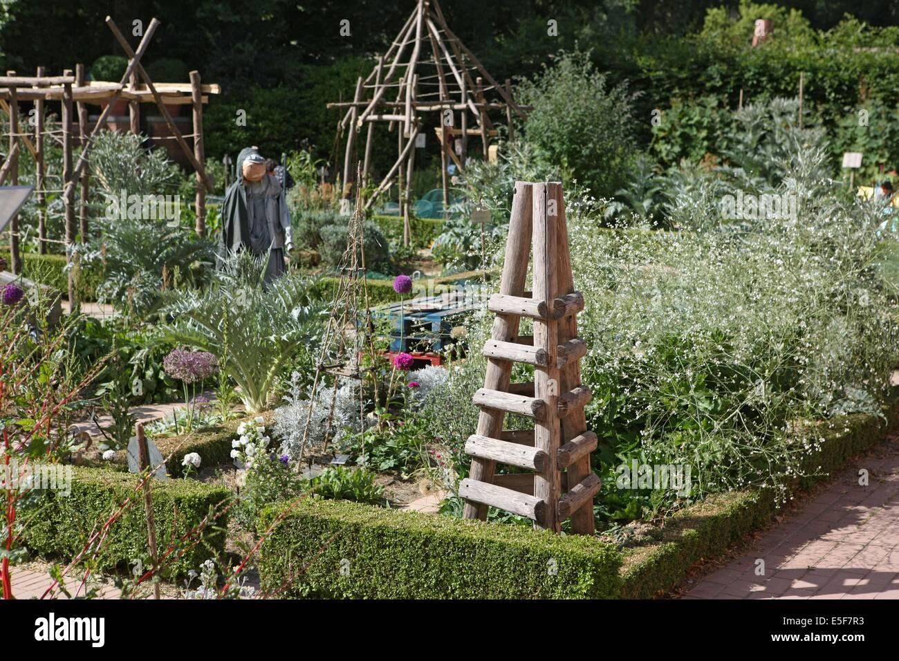 France, ile de france, paris, 12e arrondissement, bercy, parc de bercy, jardins potagers des enfants, epouvantail - Stock Image