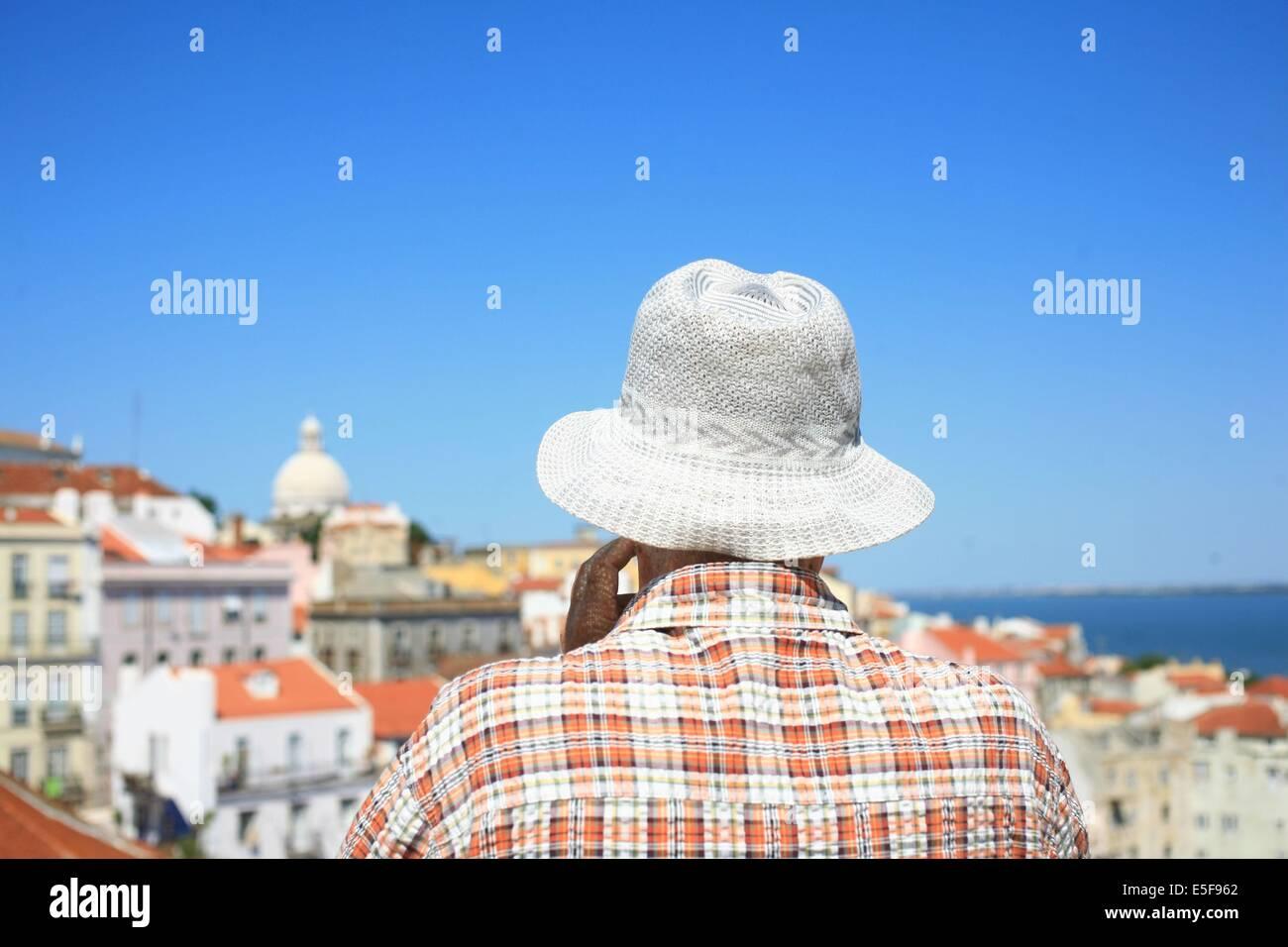 portugal, lisbonne, lisboa, signes de ville, alfama, panorama sur toits et le tage, senior avec chapeau et chemise - Stock Image