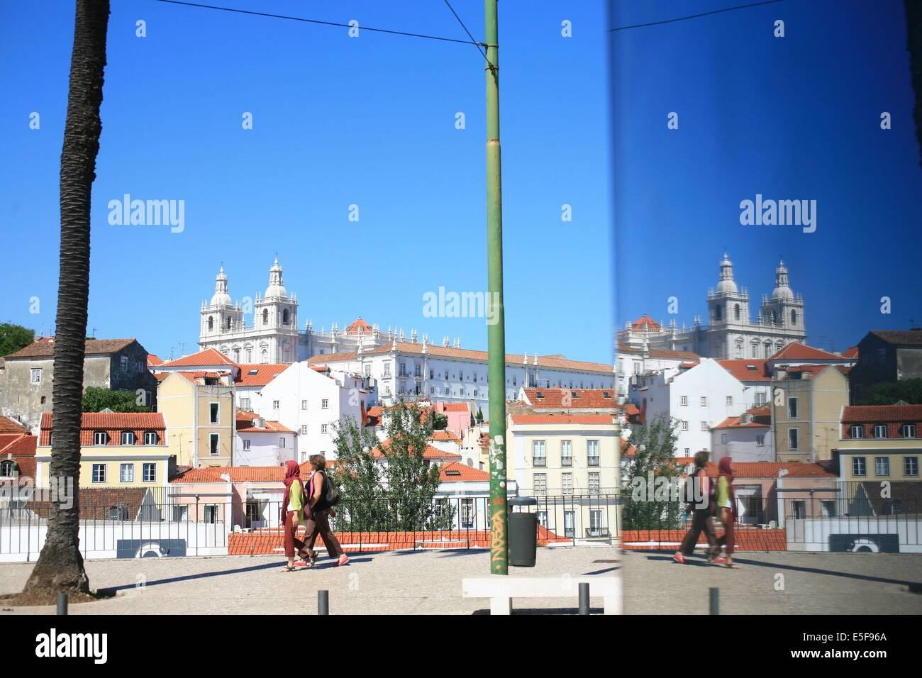 portugal, lisbonne, lisboa, signes de ville, alfama, panorama sur toits et le tage, reflet, paysage, toits Date - Stock Image