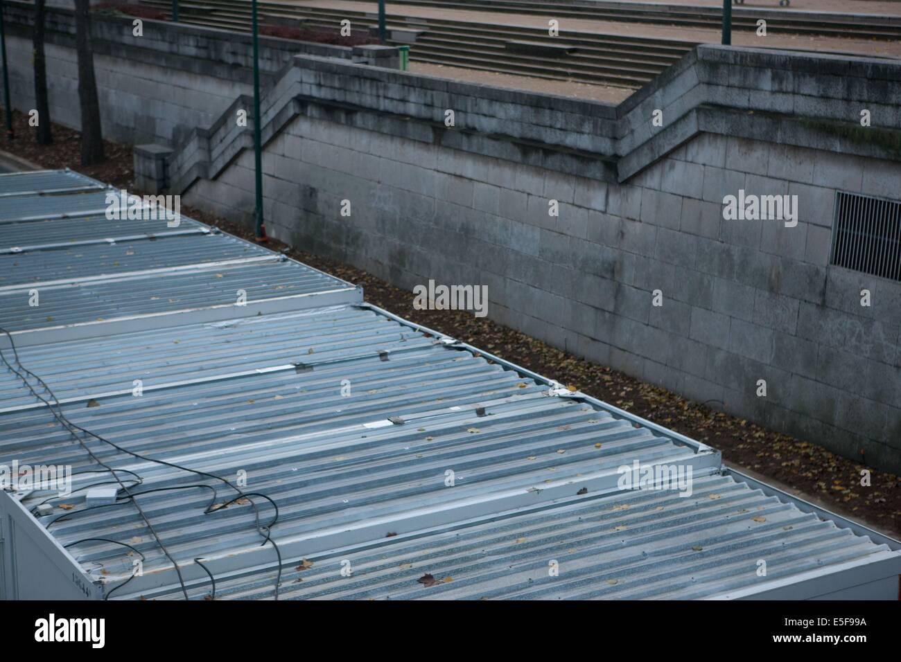 france, region ile de france, paris 16e arrondissement, place et pont de l'alma, toits de cabines de chantier algeco,quai Stock Photo