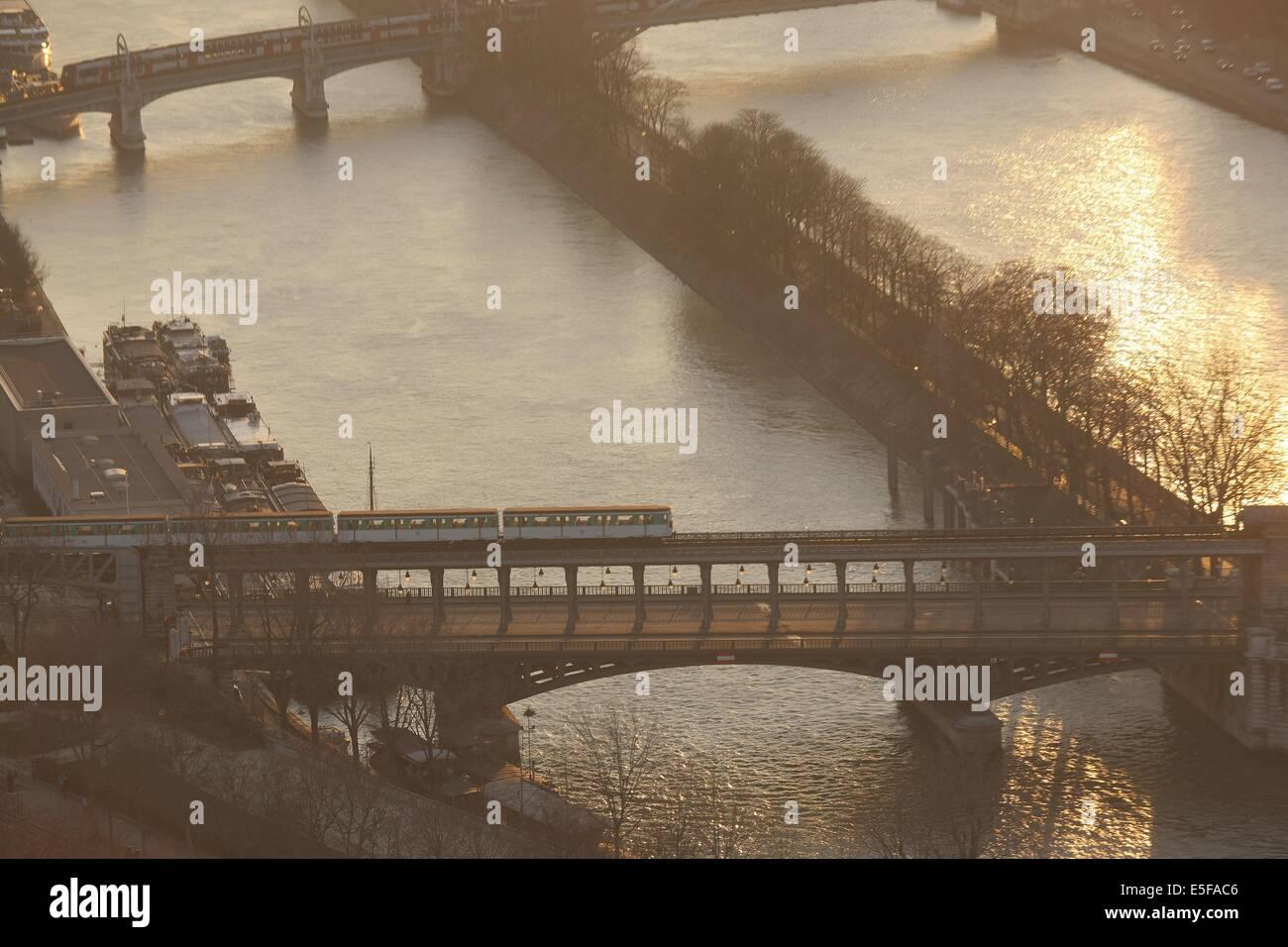 France, ile de france, paris 7e arrondissement, tour eiffel, vue depuis le 2e etage, seine, pont de bir hakeim, - Stock Image