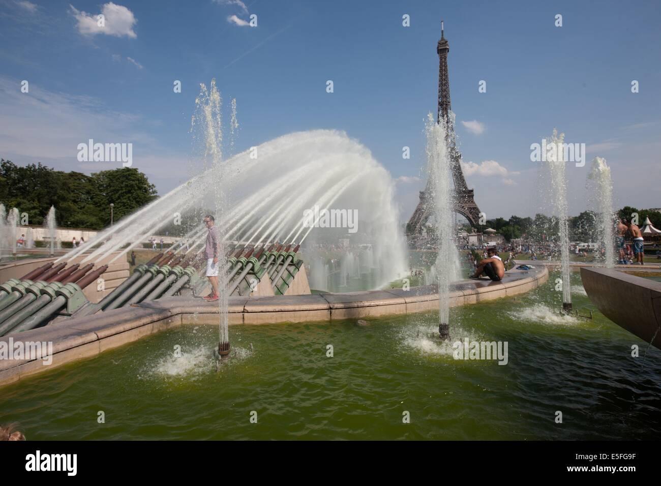 France, Region Ile de France, Paris 16e arrondissement, jardins du Trocadero, bassins et fontaine, baigneurs, canicule, - Stock Image