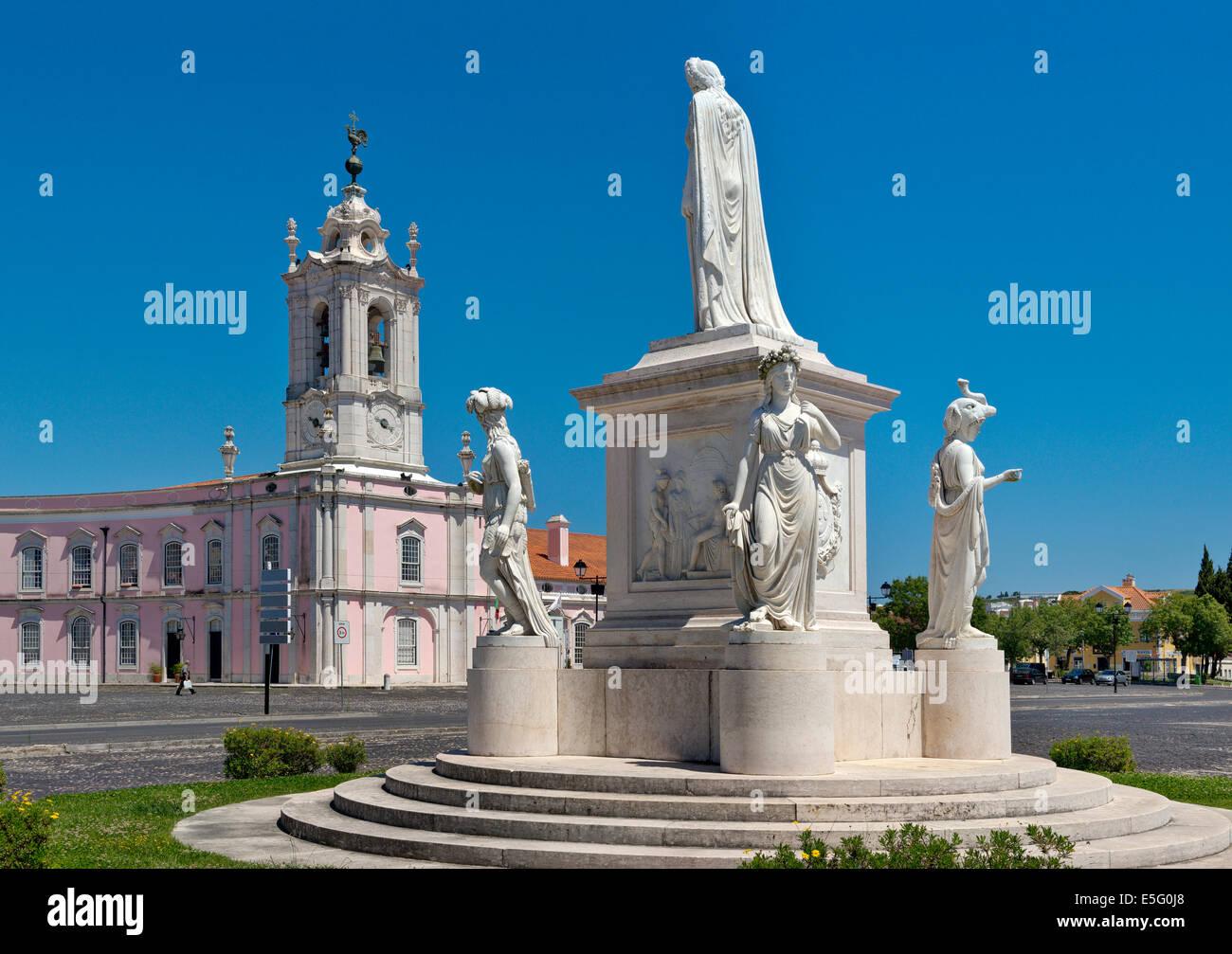 statue of queen D. Maria I in the Largo do Palácio de Queluz with the Pousada behind Stock Photo