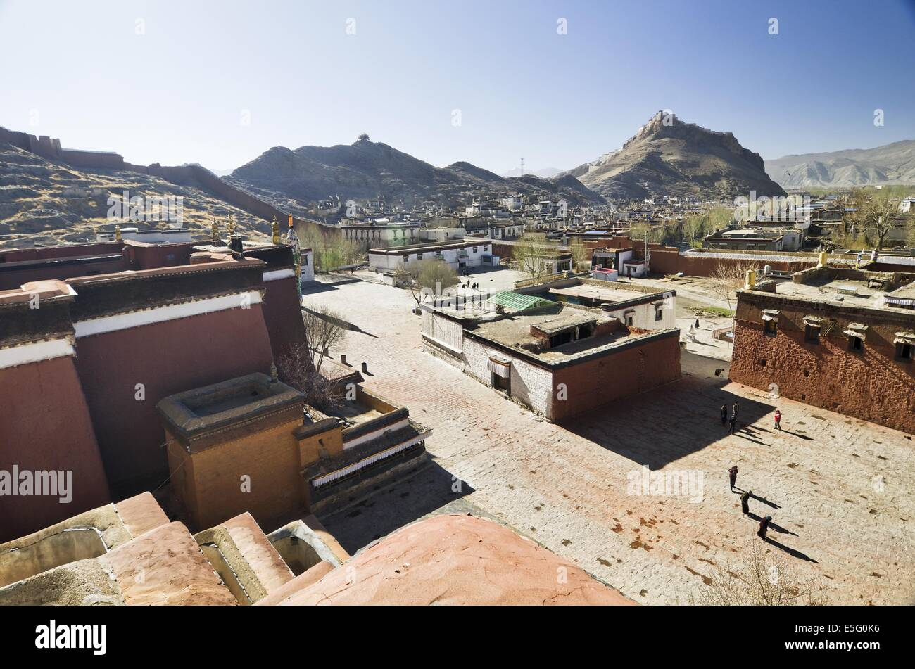 Gyantse town seen from the Kumbum of the Palcho Monastery - Stock Image