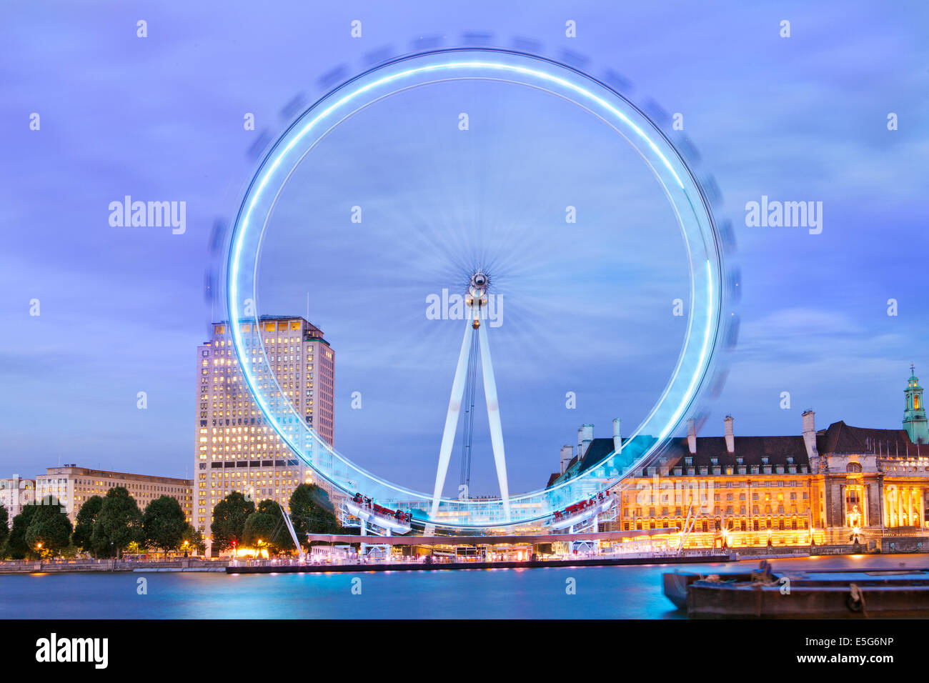 UK, London Eye, County Hall with the London Aquarium and the Shell Building at night - Stock Image