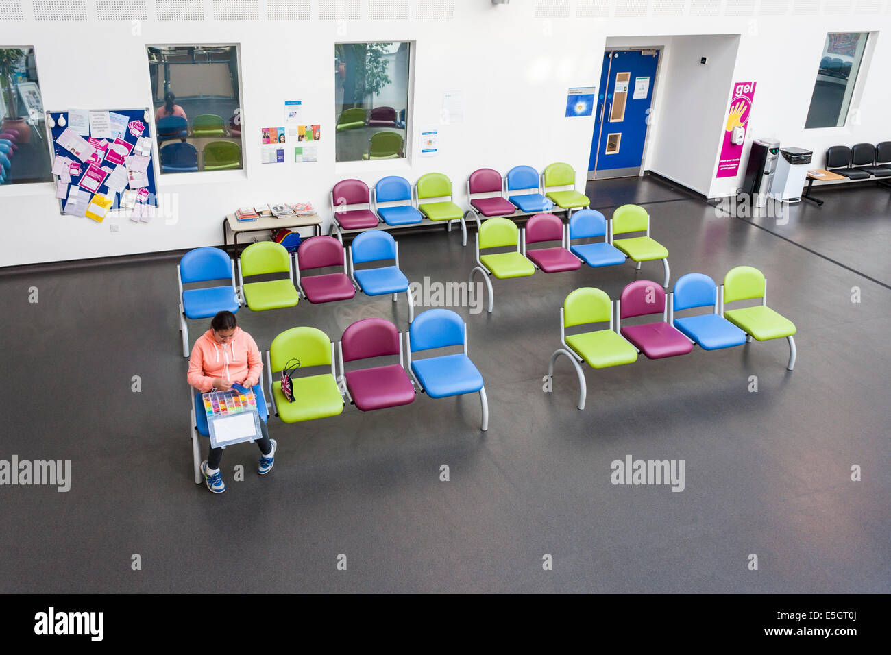 Child patient in waiting area. NHS Urgent Care Centre, Bracknell, Berkshire, England, GB, UK. - Stock Image