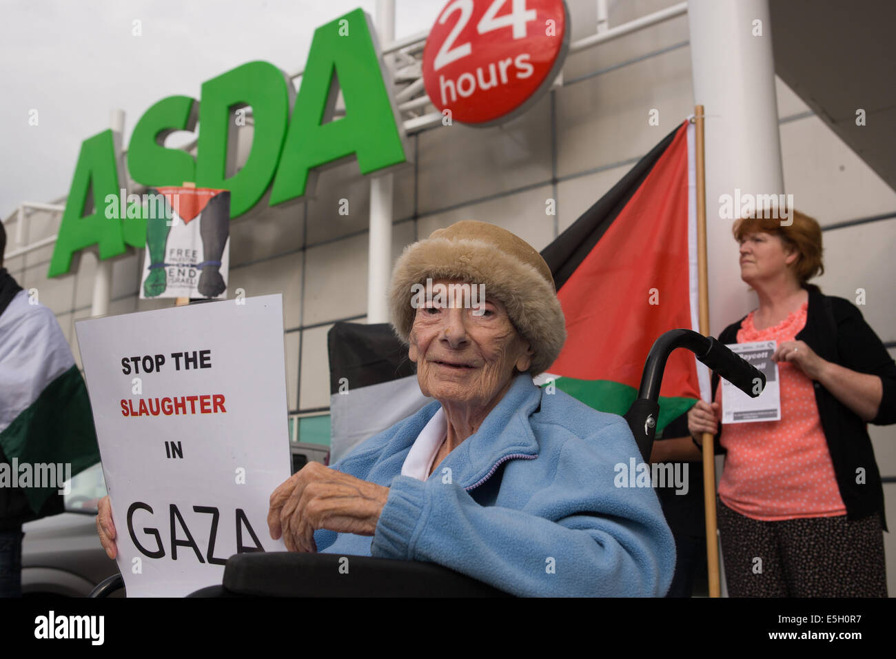 Andersonstown Rd, West Belfast, Ireland. 31st July, 2014. 94 year old Patricia Marron from Belfast protesting outside - Stock Image