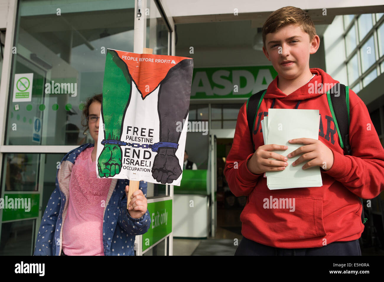 Andersonstown Rd, West Belfast, Ireland. 31st July, 2014. Children protesting outside ASDA supermarket. the protest - Stock Image