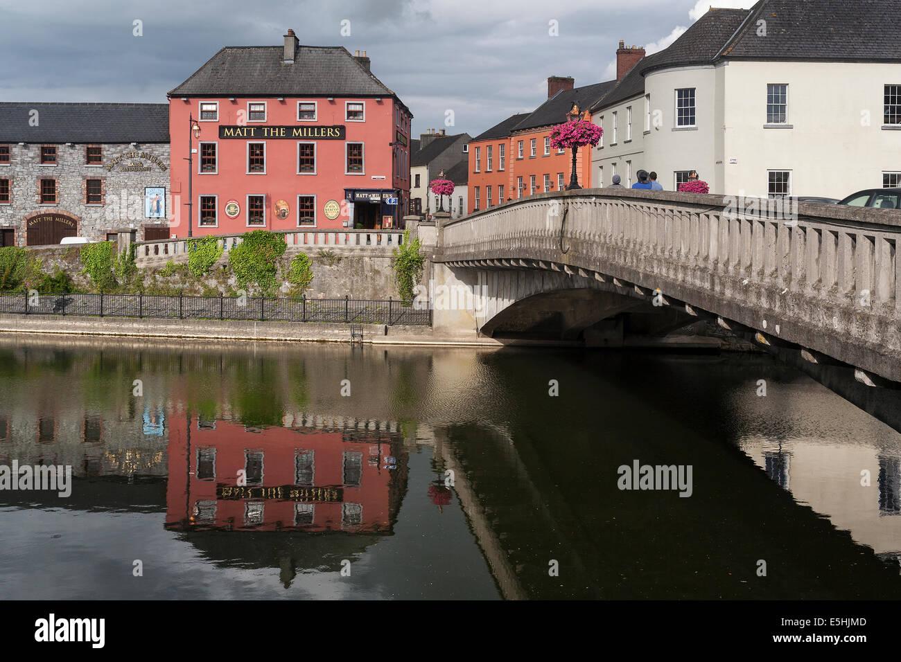 Ireland, County Kilkenny, Kilkenny, River Nore, Matt the Miller inn & bridge - Stock Image