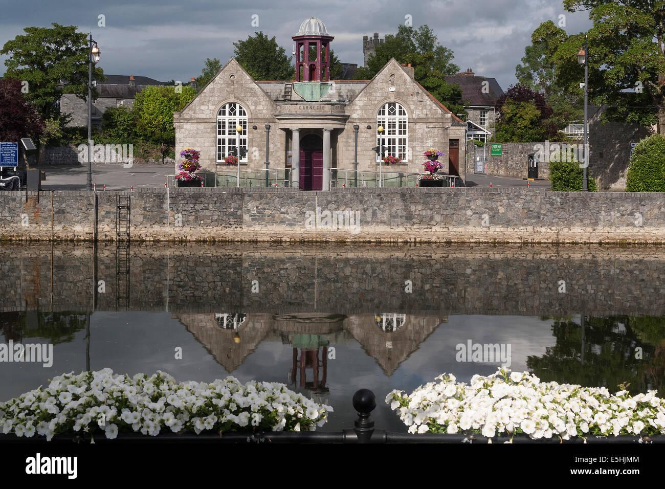 Ireland, County Kilkenny, Kilkenny Public Library & River Nore - Stock Image