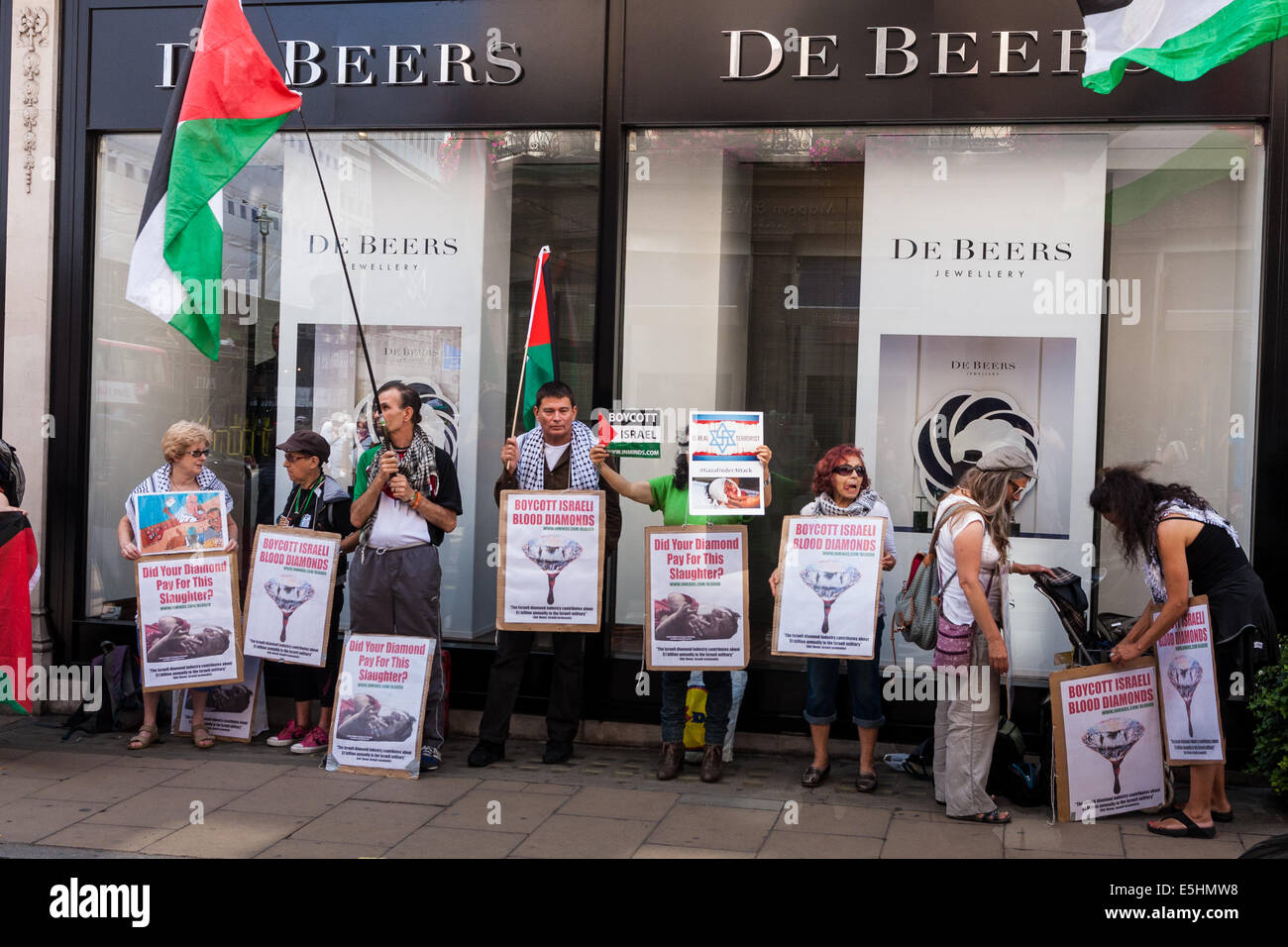 London, August 1st 2014. A small group of Palestinian supporters protest outside De Beers in Mayfair against the - Stock Image
