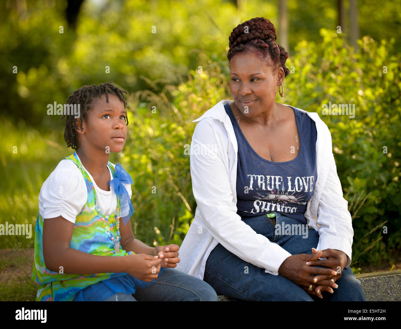 Anara Peterson tells her grandmother, Sylvia Anderson, about the history of Martin Luther King Jr. while visiting - Stock Image