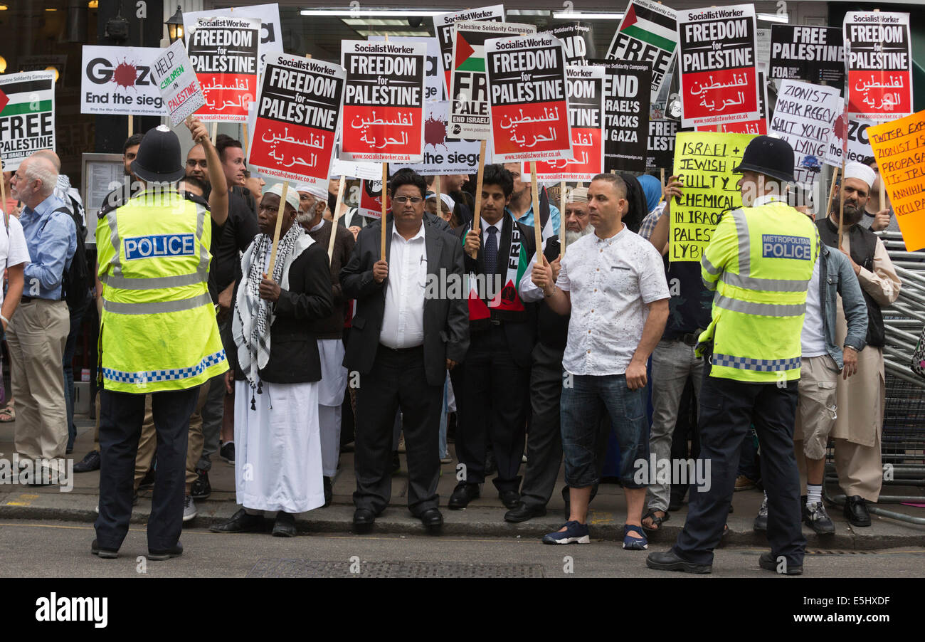 London, UK. 1 August 2014. Thousands of protesters gathered near the Israeli Embassy near Kensington High Street - Stock Image