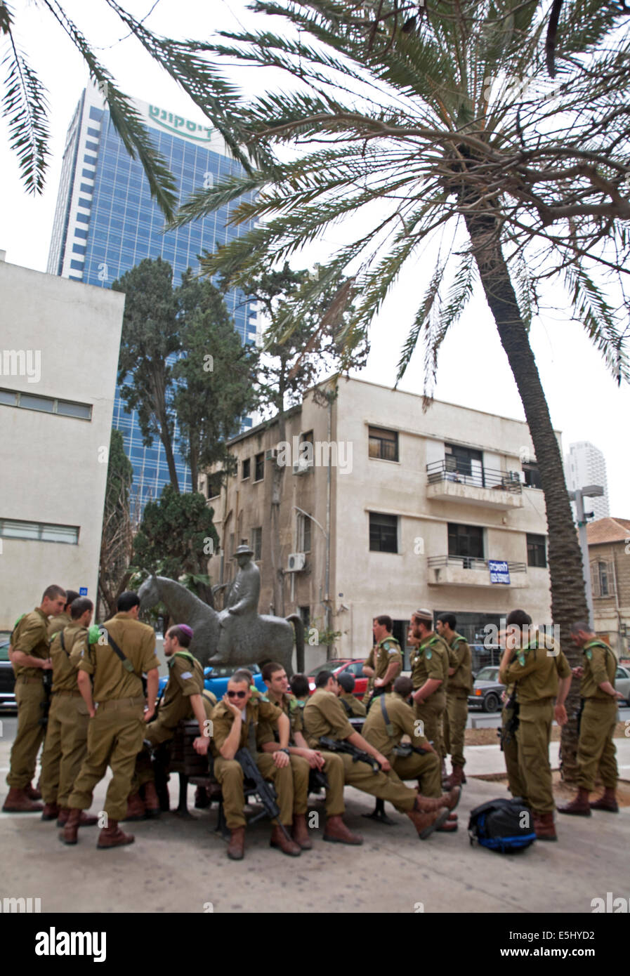 Army officers in city centre near the Rothschild Boulevard, Tel Aviv, Israel - Stock Image