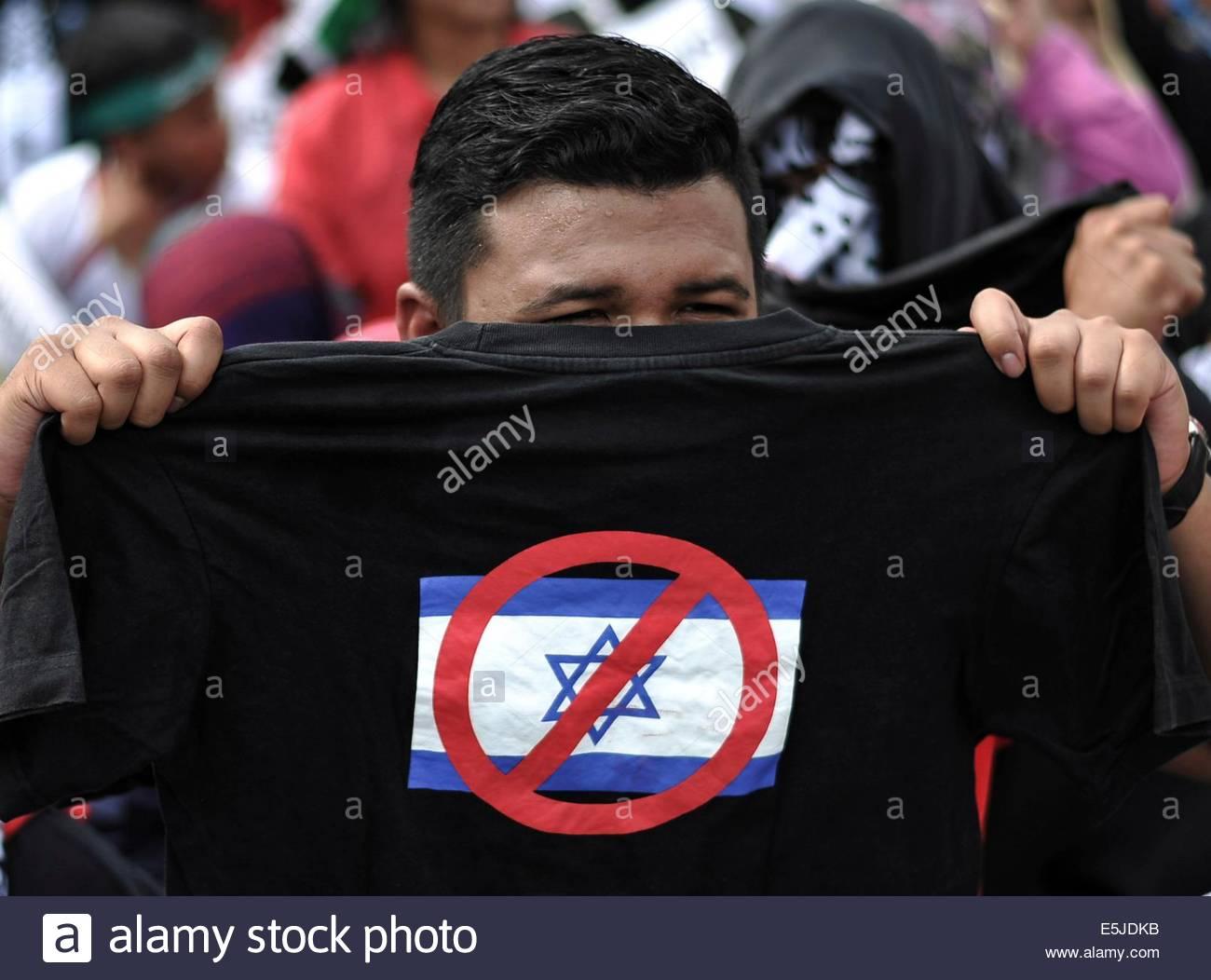 Kuala Lumpur, Malaysia. 2nd Aug, 2014. A man hold T-shirt 'Boycott Israel' during the 'Save The Children - Stock Image