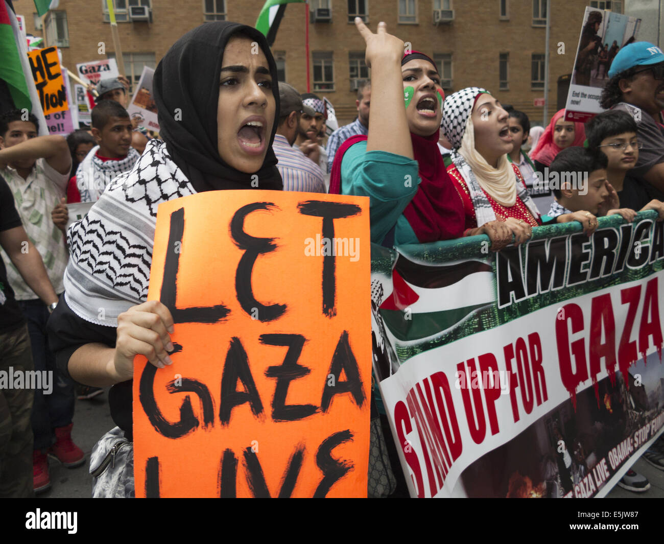 USA: NYC, NY. Pro-Palestinian demonstration at Columbus Circle protesting Israeli attacks against Gaza, August 1, - Stock Image