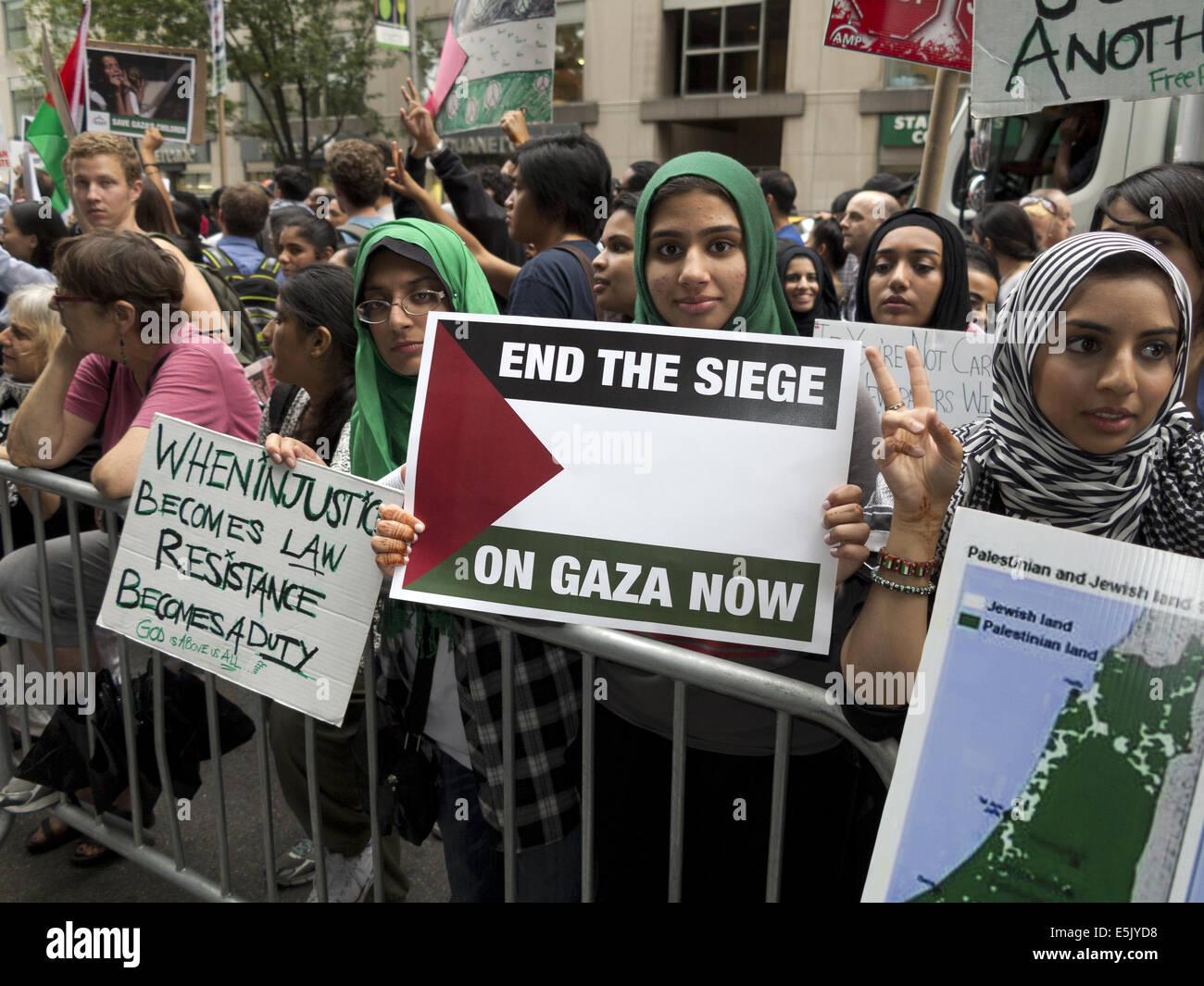 USA: NYC, NY. Pro-Palestinian demonstration at Columbus Circle protesting Israeli attacks against Gaza, August 1, - Stock Image