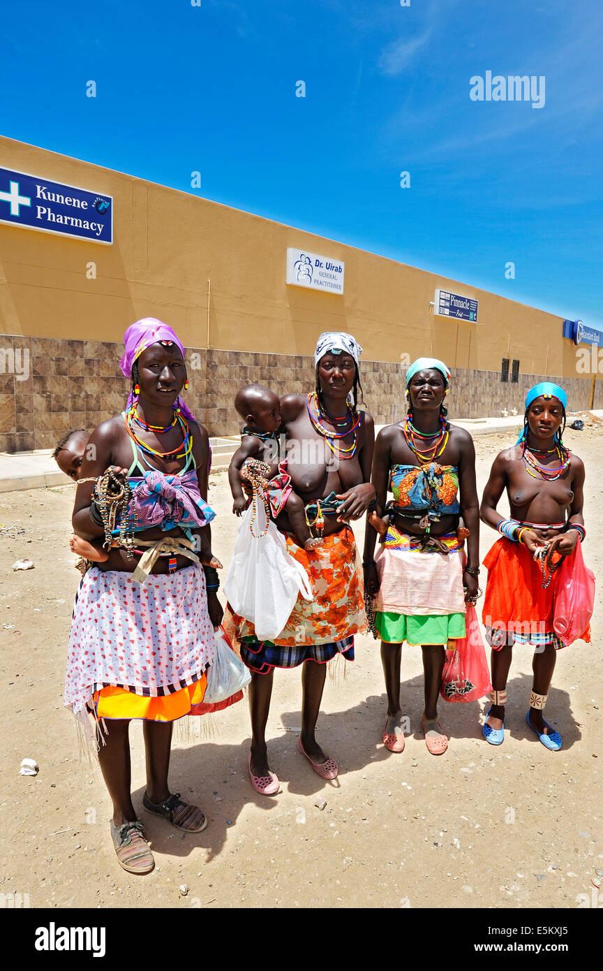 Nama women with children, Opuwo, Namibia - Stock Image
