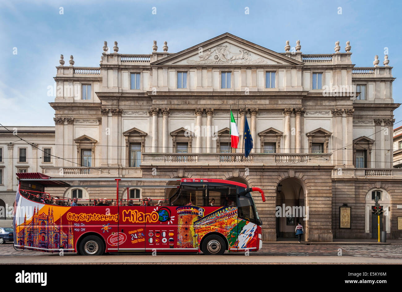 Sightseeing bus in front of La Scala, Milan, Lombardy, Italy - Stock Image