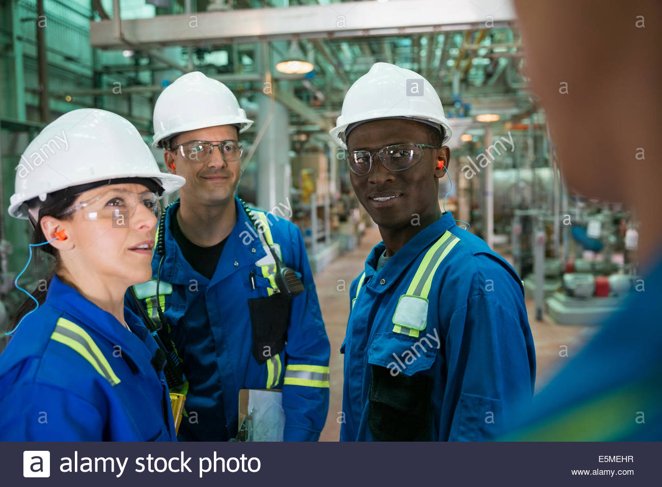 Workers talking in gas plant - Stock Image
