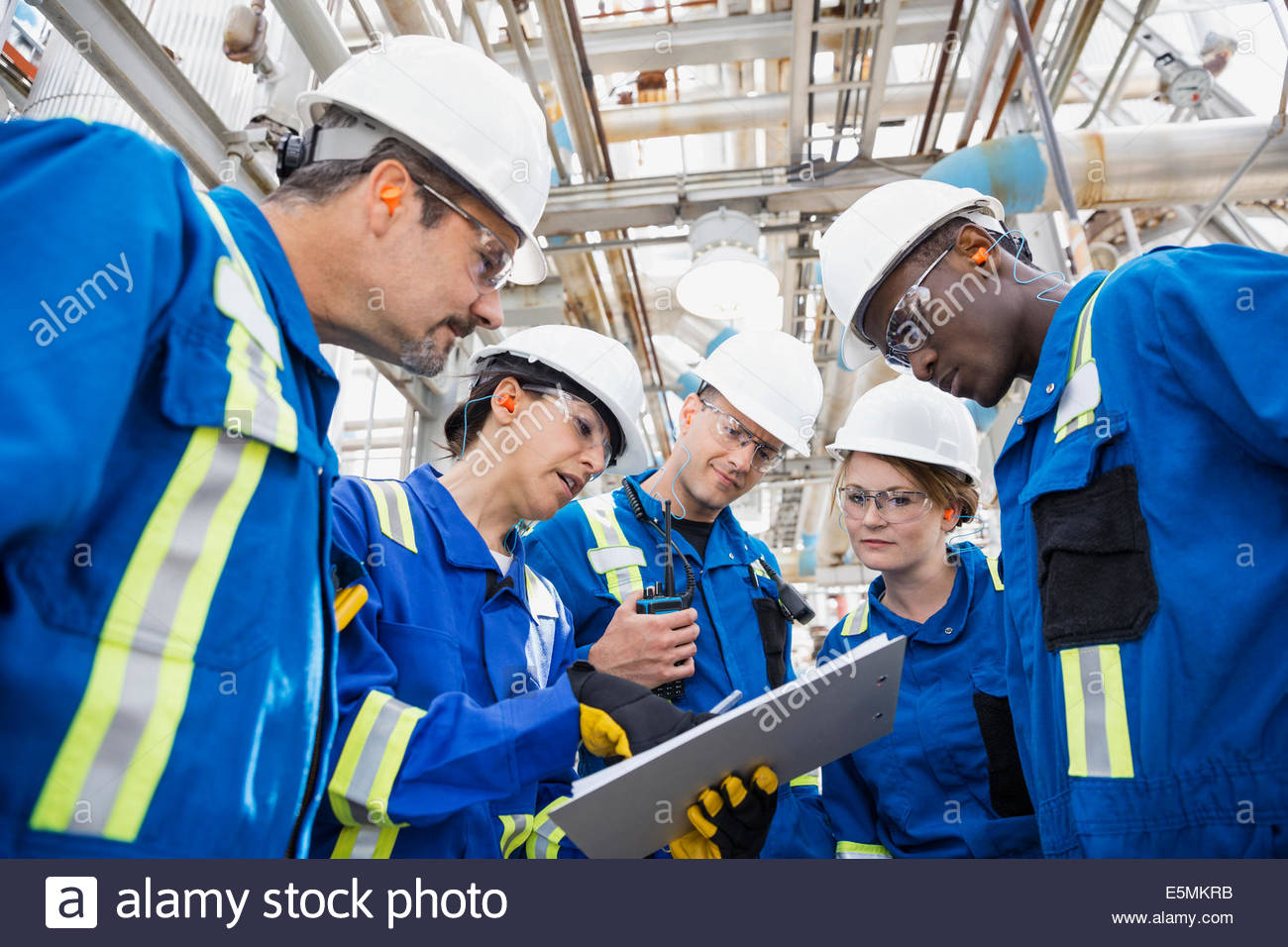 Workers meeting at gas plant - Stock Image