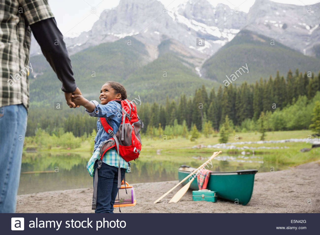 Father and daughter preparing to canoe - Stock Image