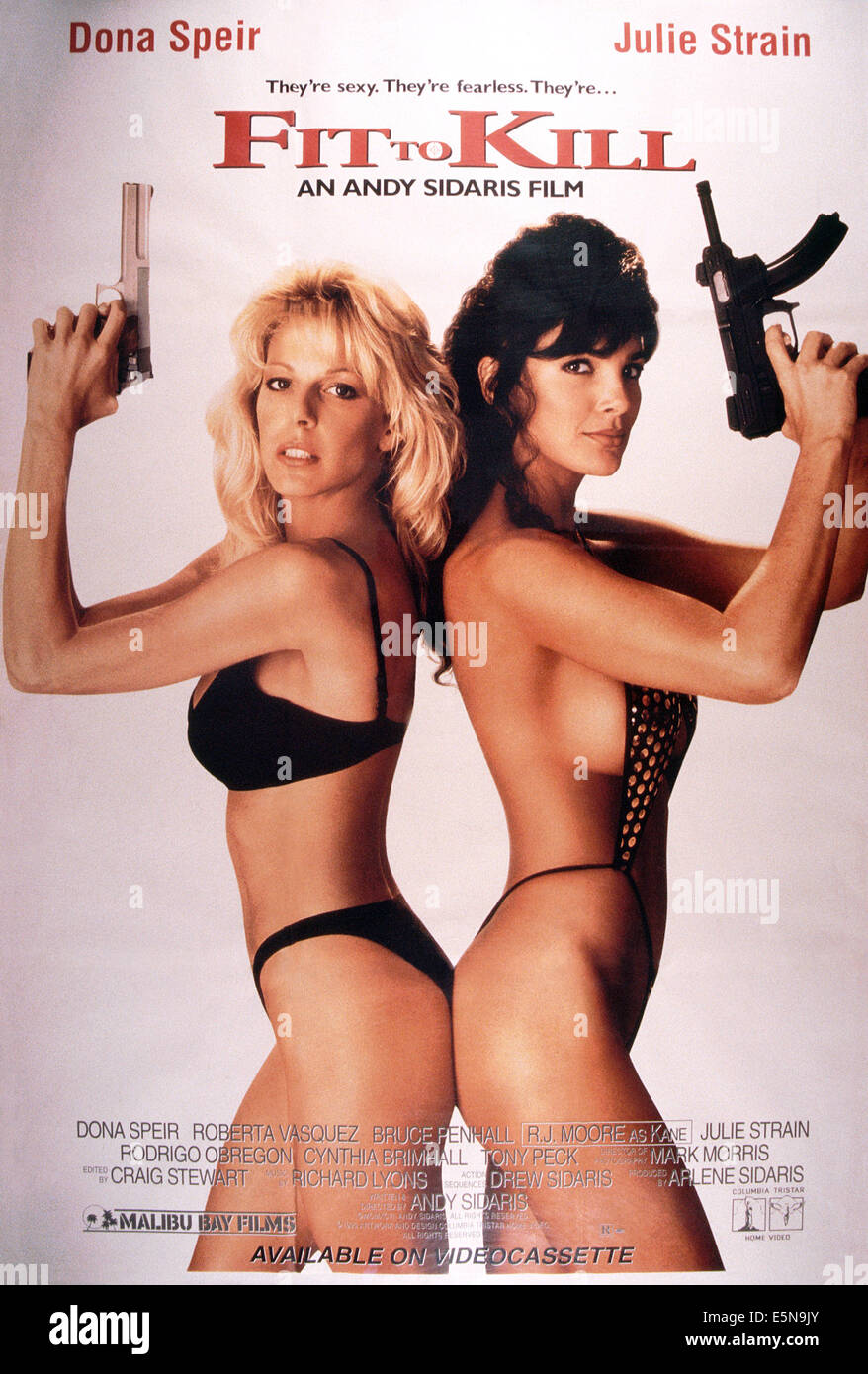 FIT TO KILL, from left: Dona Speir, Julie Strain, 1993, © Malibu Bay Films/courtesy Everett Collection - Stock Image