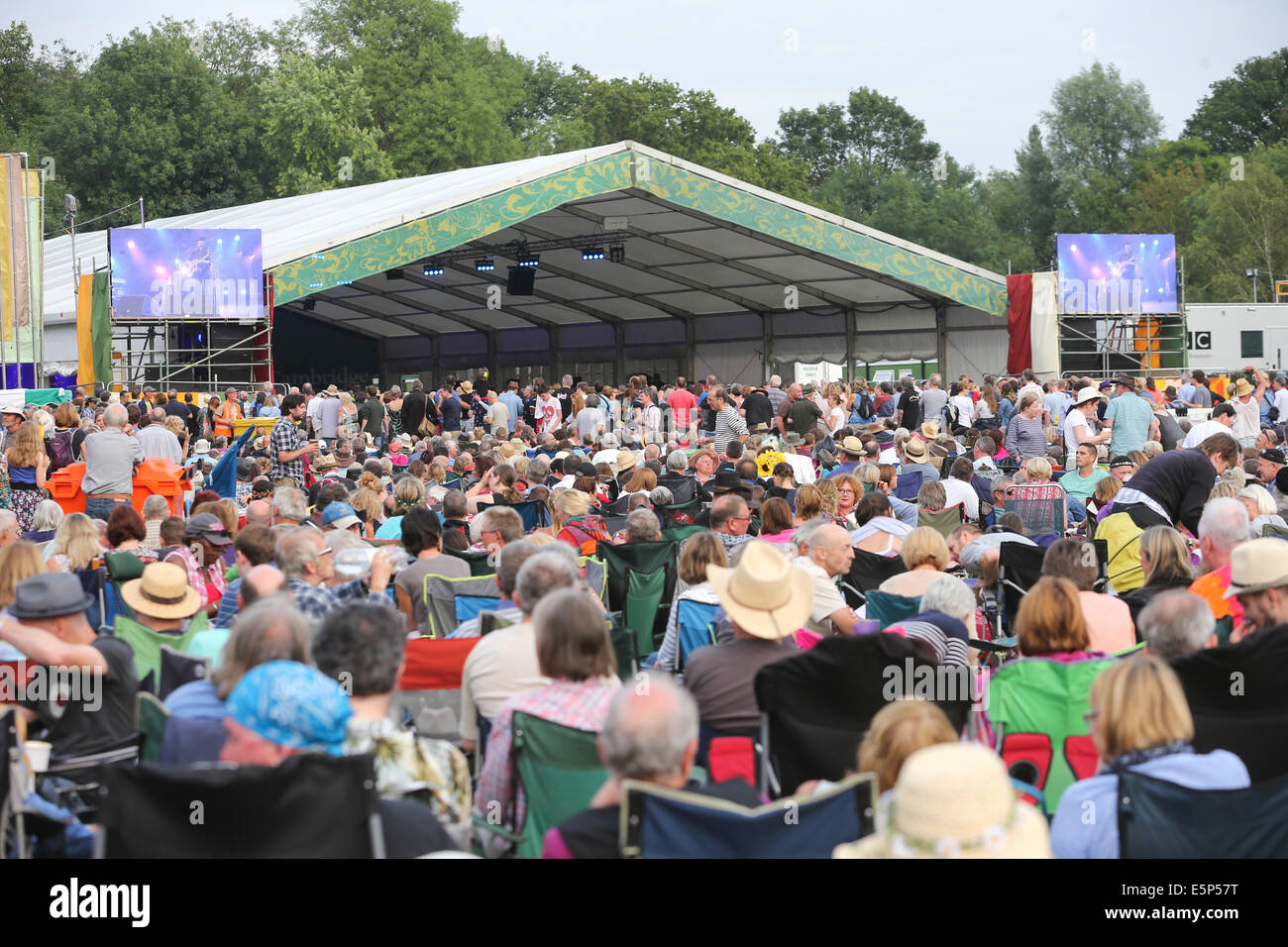 CAMBRIDGE FOLK FESTIVAL CROWD AND STAGE - Stock Image