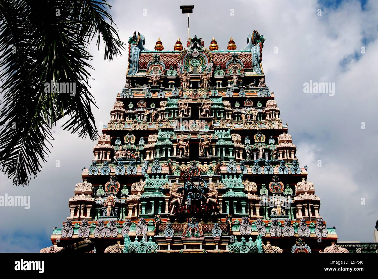 SINGAPORE:  The Sikhara tower of Sri Thendayuthapani Hindu temple on Tank Road covered with colourful Indian deities - Stock Image
