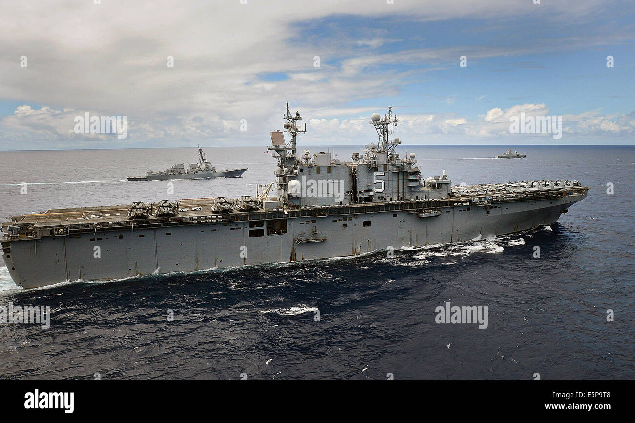 A US Navy Tarawa-class amphibious assault ship USS Peleliu, foreground, and the Arleigh Burke class guided missile - Stock Image