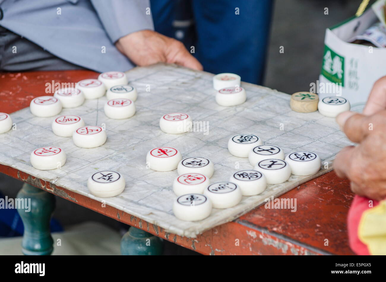 Playing xiangqi (Chinese chess) at the Temple of Heaven (Altar of Heaven), Beijing, China, Asia - Stock Image