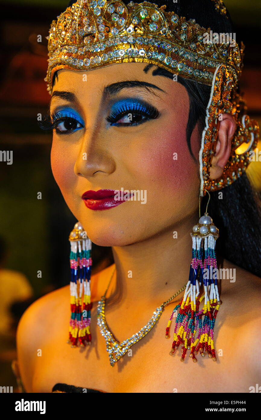 Female dancer fully dressed up for a traditional Javanese dance, Yogyakarta, Java, Indonesia, Southeast Asia, Asia - Stock Image