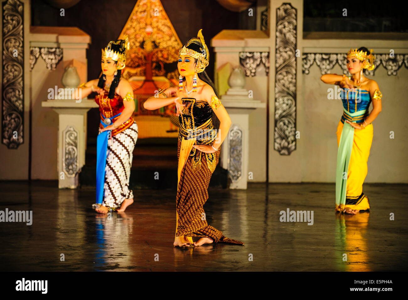 Dancers at a traditional  Javanese dance, Yogyakarta, Java, Indonesia, Southeast Asia, Asia - Stock Image