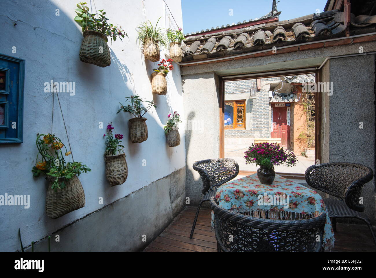 Cafe in Lijiang Old Town, UNESCO World Heritage Site, Lijiang, Yunnan, China, Asia - Stock Image