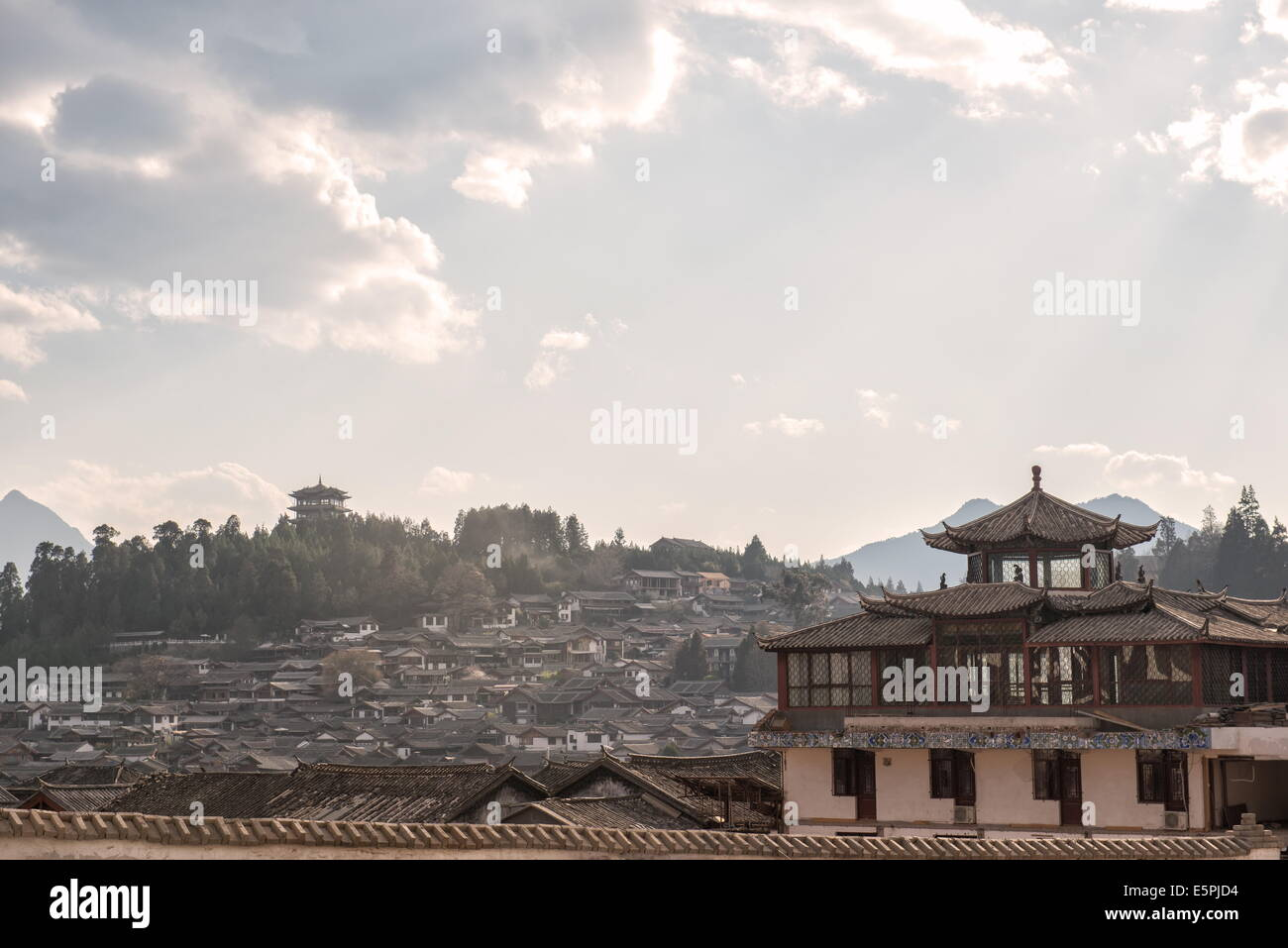 Lijiang architecture with Lion Hill and Wan Gu Tower, Lijiang, Yunnan, China, Asia - Stock Image