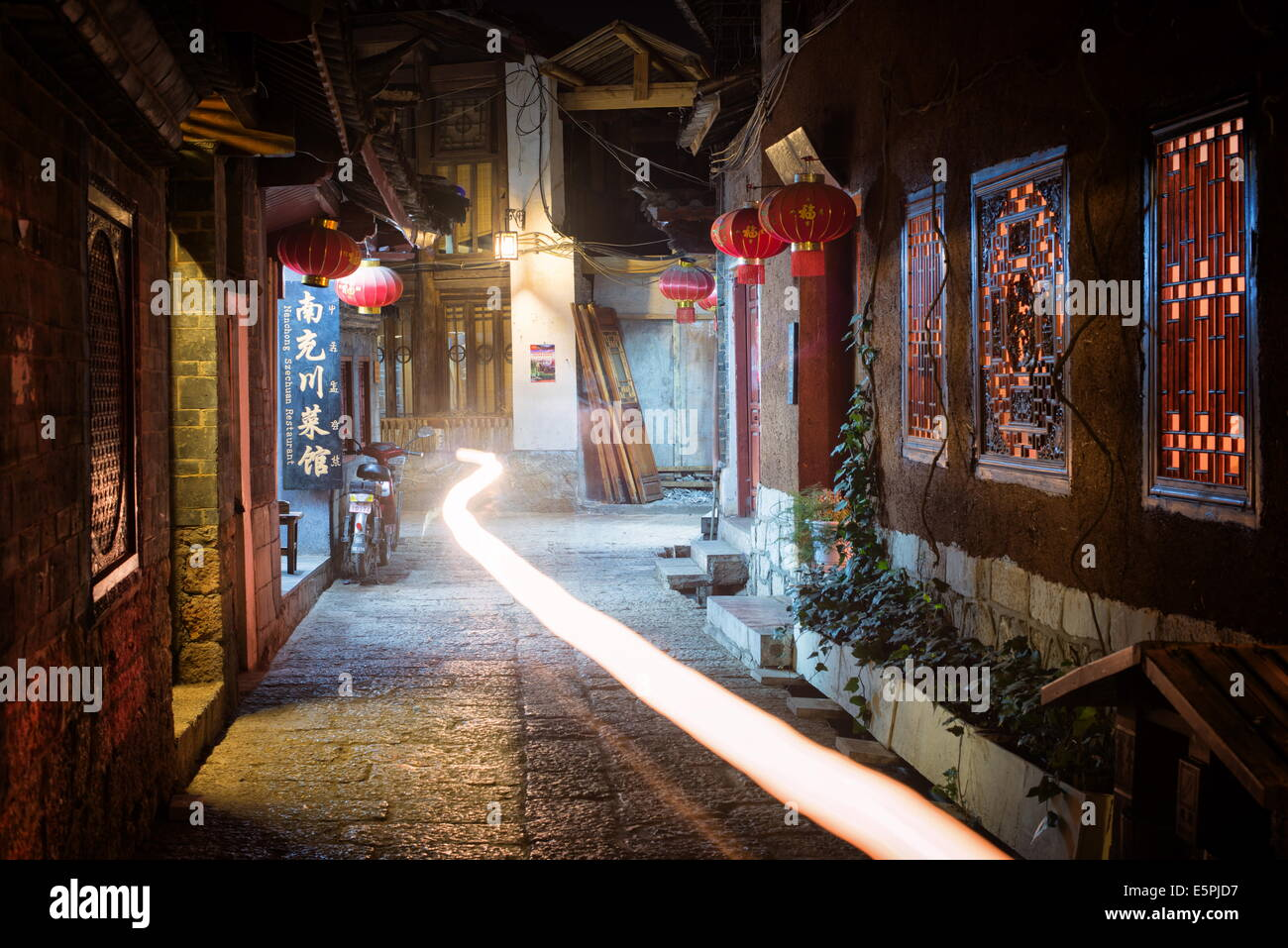 Light trail in an alley at night in Lijiang Old Town, UNESCO World Heritage Site, Lijiang, Yunnan, China, Asia - Stock Image