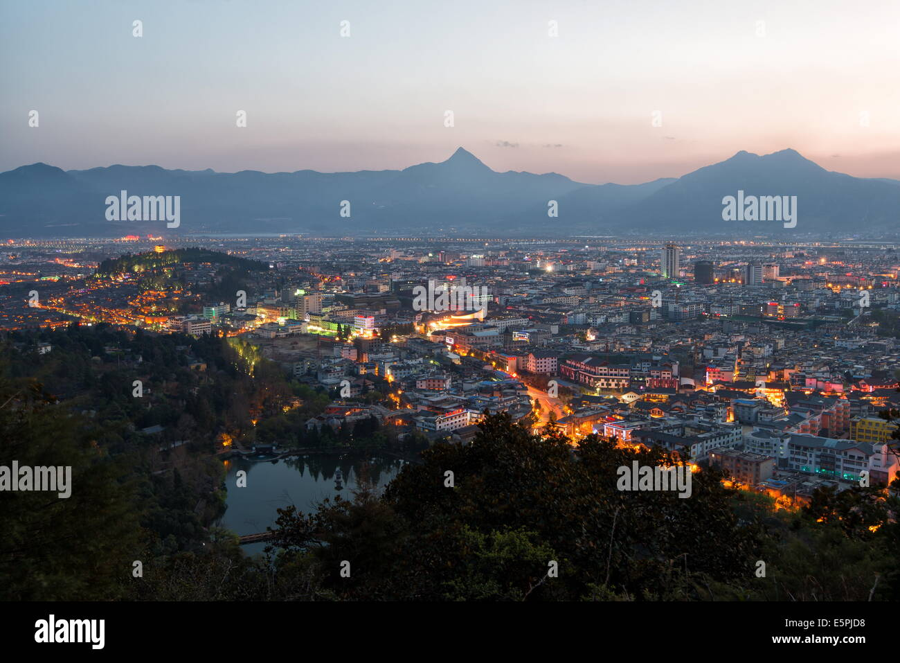 Cityscape of Lijiang, with Jade Spring Park, Lion Hill and surrounding mountains, Lijiang, Yunnan, China, Asia - Stock Image