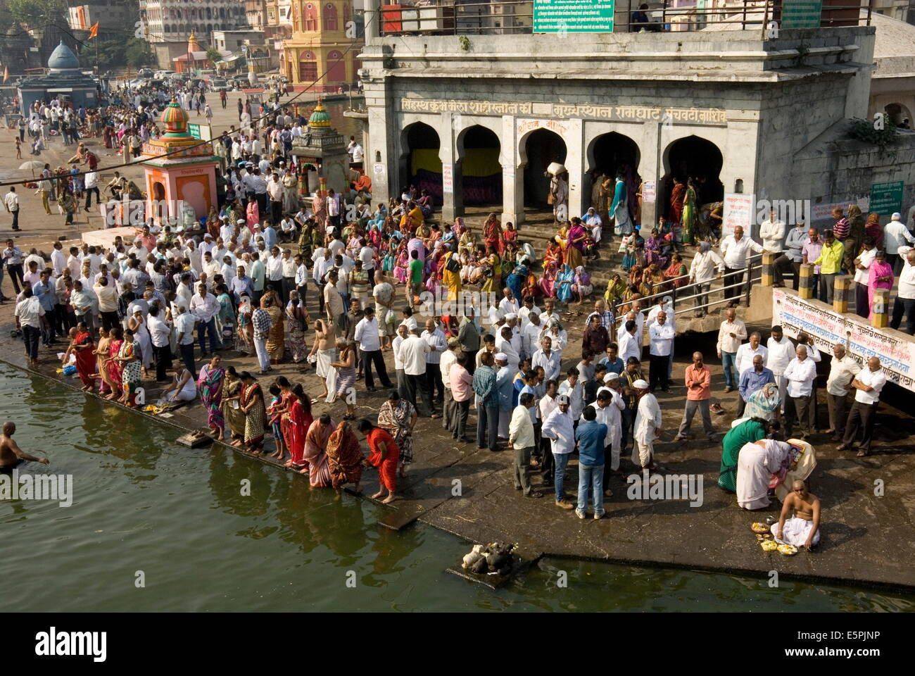 Worshippers at the Ramkund tank on the ghats along the holy River Godavari, Nasik (Nashik), Maharashtra, India, - Stock Image
