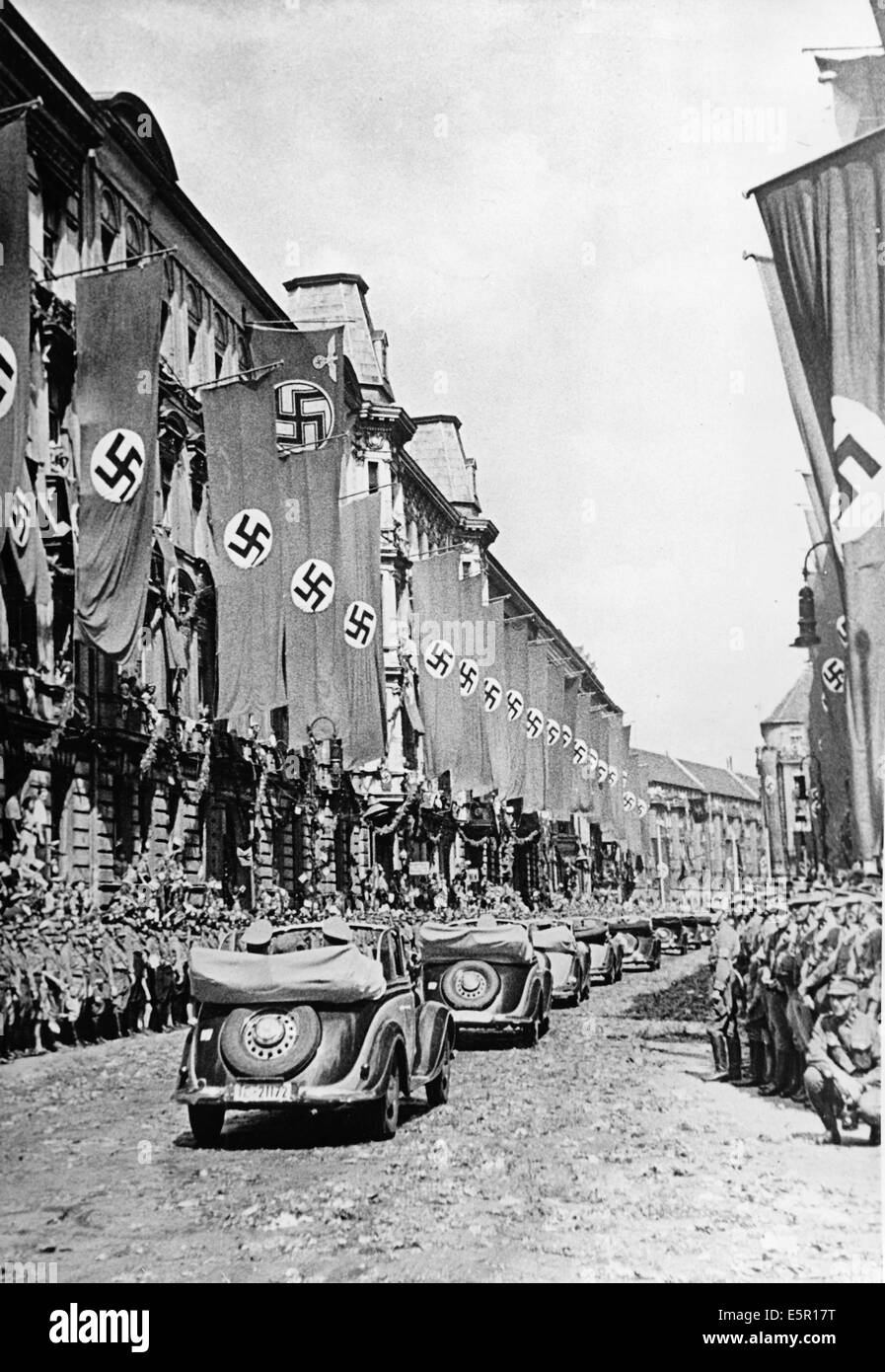 People cheer at Hitler's arrival on Wilhelmplatz as Hitler returns from his Felsennest headquarters after the Armistice Stock Photo
