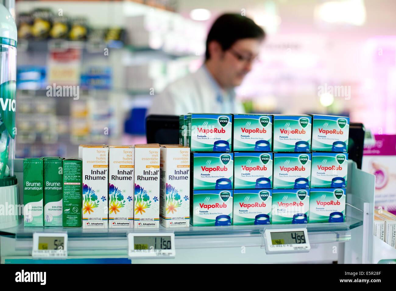 Médicaments vendus en libre-accès en pharmacie Over-the-counter medicine sold in pharmacy. - Stock Image