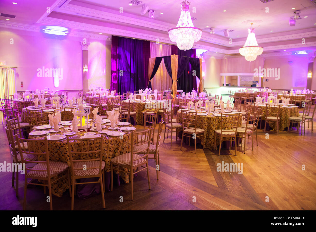 table setup banquet hall colorful light decoration - Stock Image